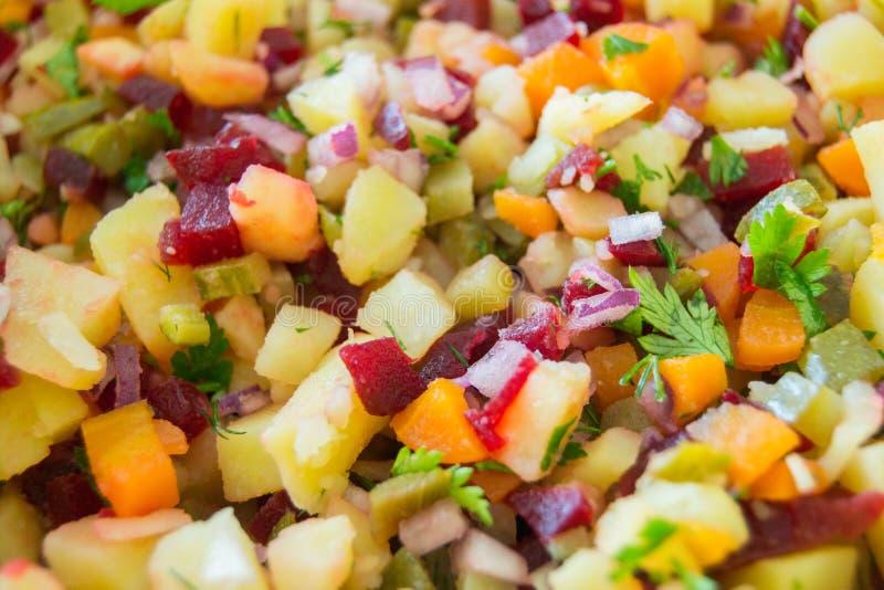 沙拉由土豆、红萝卜、敲打、荷兰芹和葱制成在片断切开了 库存图片