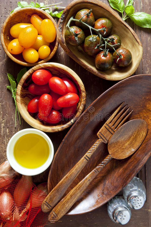 沙拉的成份 木卵形板材 木匙子和叉子 库存照片