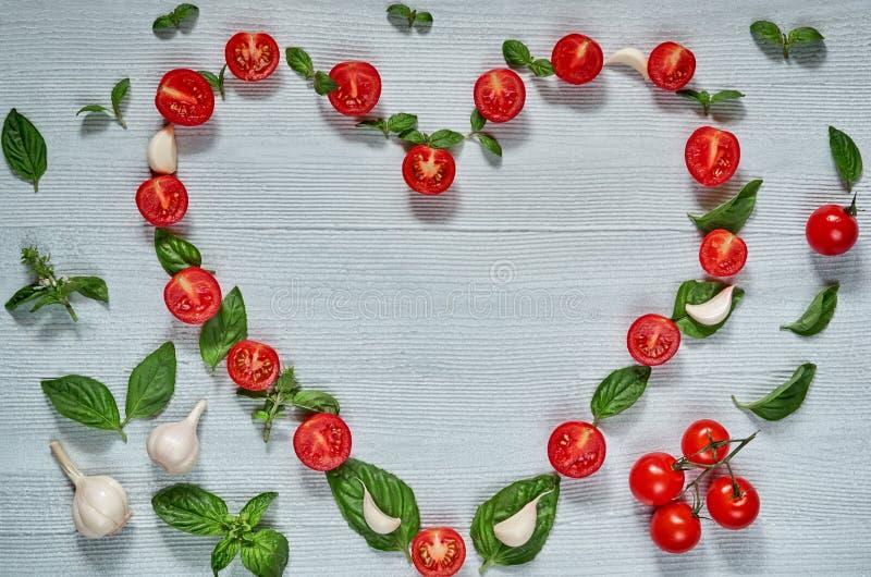 沙拉的有机成份:西红柿,新鲜的蓬蒿在灰色背景离开,大蒜与文本的拷贝空间 库存照片