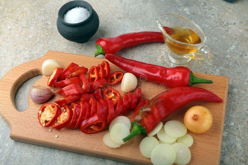 沙拉的炽热辣椒、大蒜、葱、盐和醋新鲜的有机菜 图库摄影
