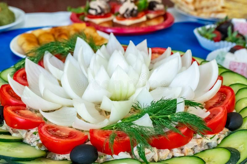 沙拉的被切开的菜 ?? 甜椒、葱、叶茂盛绿色、在片断和黄瓜cutted的橄榄、蕃茄 库存照片