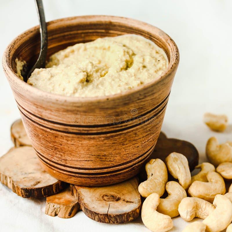 沙拉的,从坚果的未加工的素食主义者乳酪腰果调味汁有nutritio的 免版税库存图片