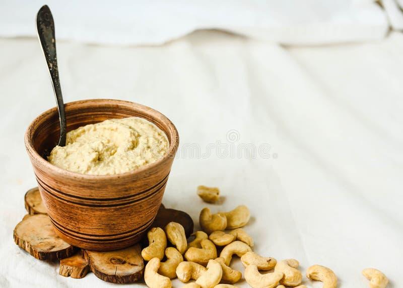 沙拉的,从坚果的未加工的素食主义者乳酪腰果调味汁有nutritio的 库存照片