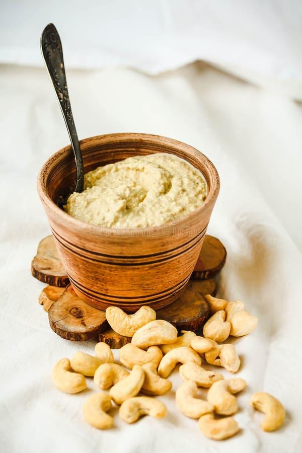 沙拉的,从坚果的未加工的素食主义者乳酪腰果调味汁有nutritio的 库存图片