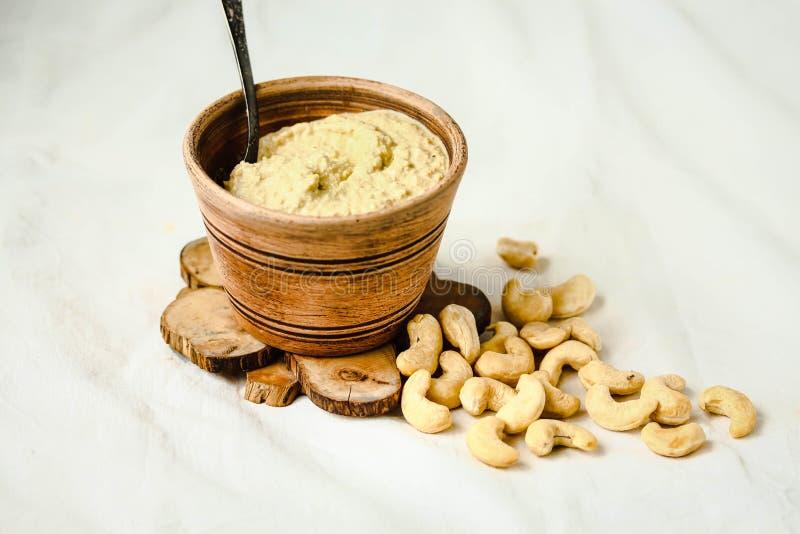 沙拉的,从坚果的未加工的素食主义者乳酪腰果调味汁有nutritio的 免版税库存照片