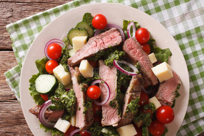 沙拉菜、乳酪和牛排与chimichurri调味c 免版税库存图片