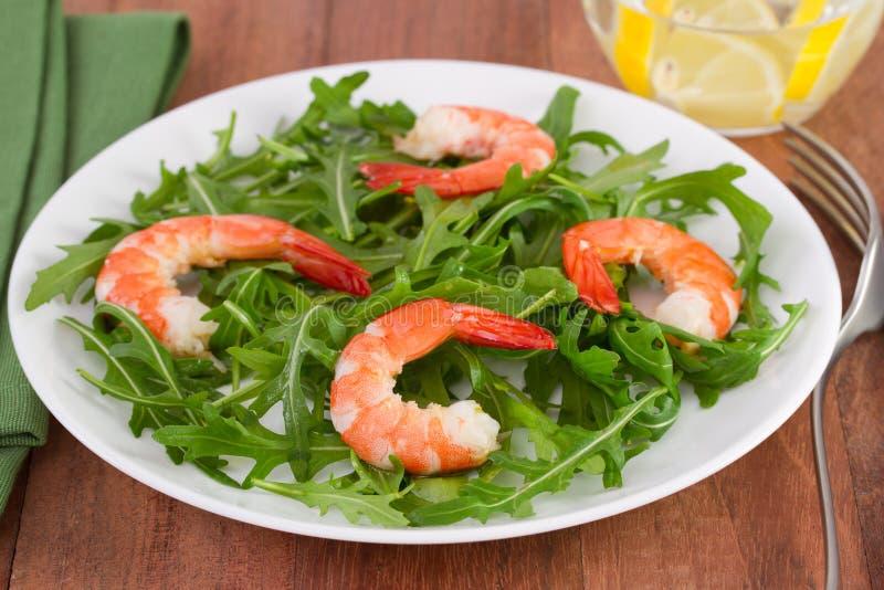 沙拉rucola用在牌照的海鲜 免版税库存照片