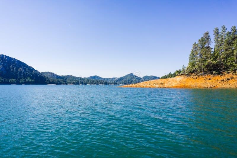 沙斯塔湖,McCloud河胳膊风景在一个晴朗的夏天早晨,加利福尼亚北部 免版税图库摄影