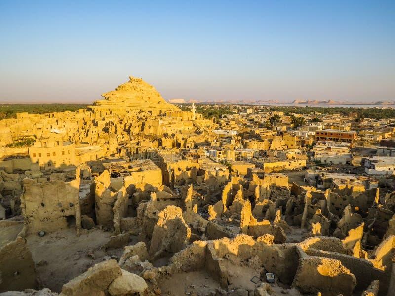从沙梨堡垒的一幅全景在日出的Siwa 库存图片