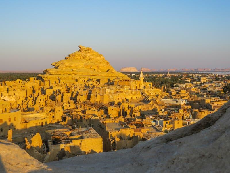 从沙梨堡垒的一幅全景在日出的Siwa 免版税库存照片
