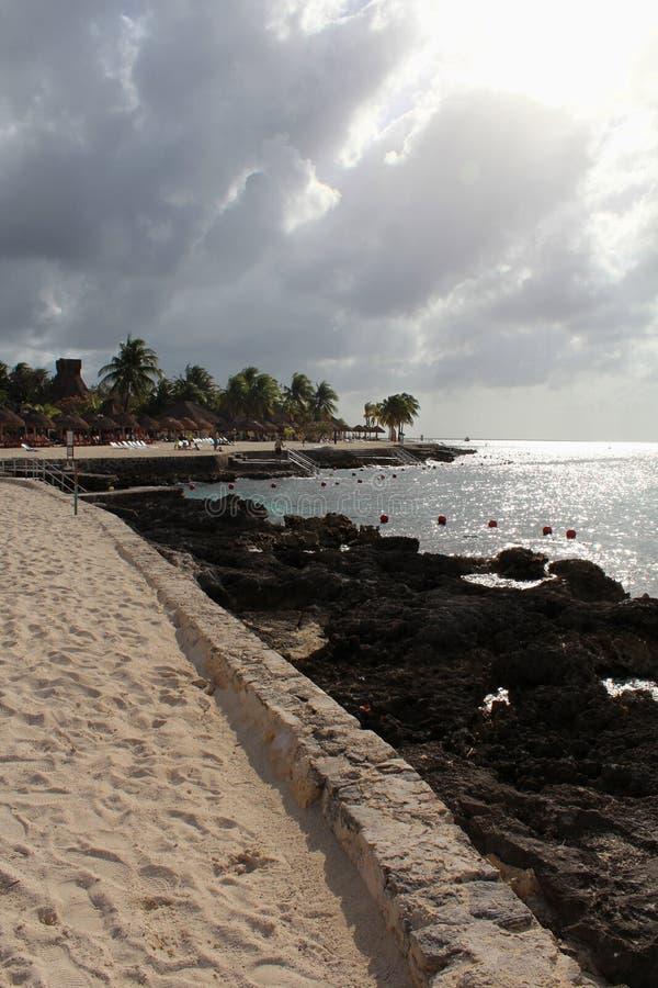 沙滩、岩石和palmtrees在雨季期间 库存图片