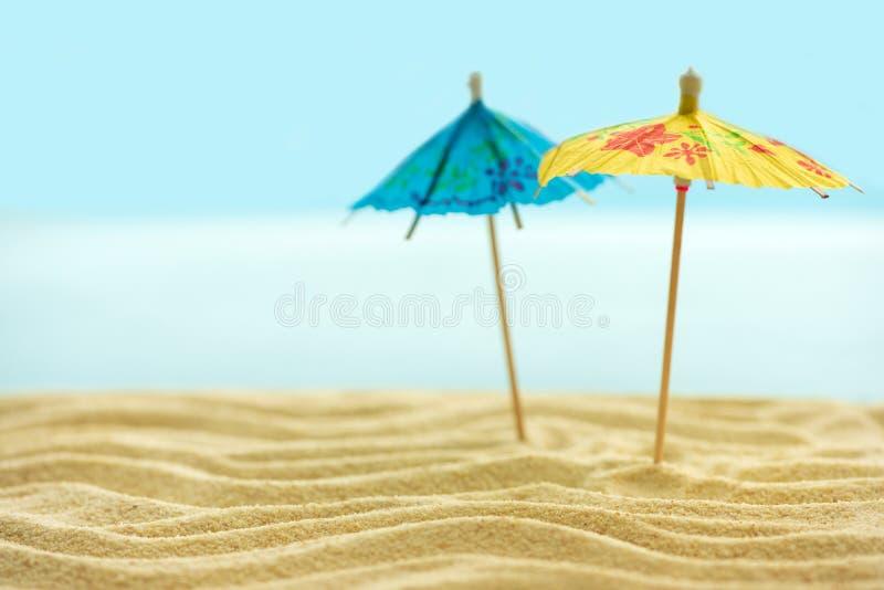 沙滩上的太阳伞,蓝色模糊的海天 夏季背景 软焦点 免版税图库摄影