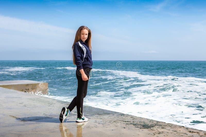 沙滩上的快乐运动女孩 免版税图库摄影