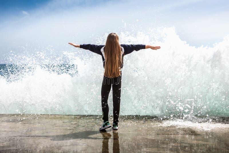 沙滩上的快乐运动女孩 免版税库存图片