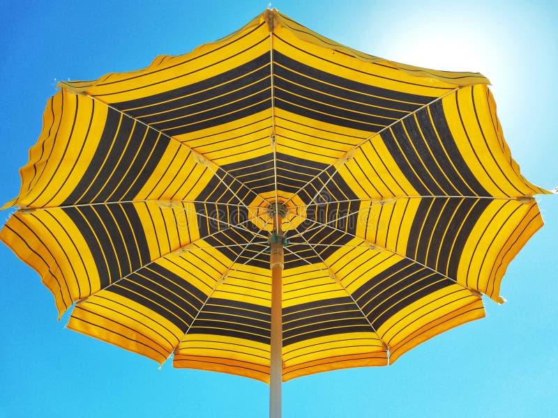 沙滩伞和清楚的天空 库存照片