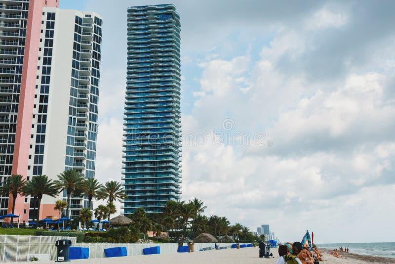 沙滩在迈阿密,大西洋天空蔚蓝,棕榈,背景的摩天大楼 免版税库存图片