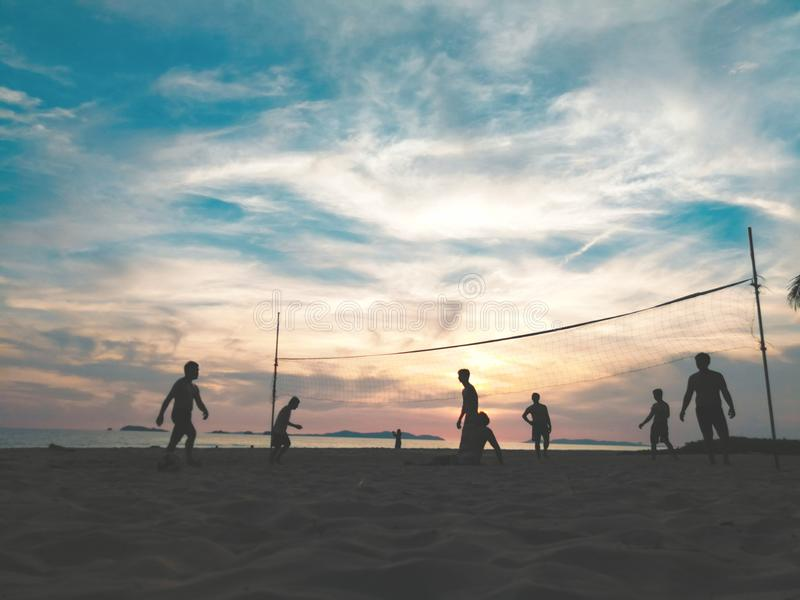 沙滩排球剪影  免版税库存照片