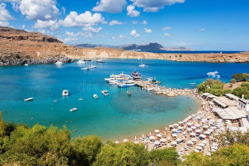 沙滩看法在Lindos罗得岛,希腊海湾的  免版税库存照片