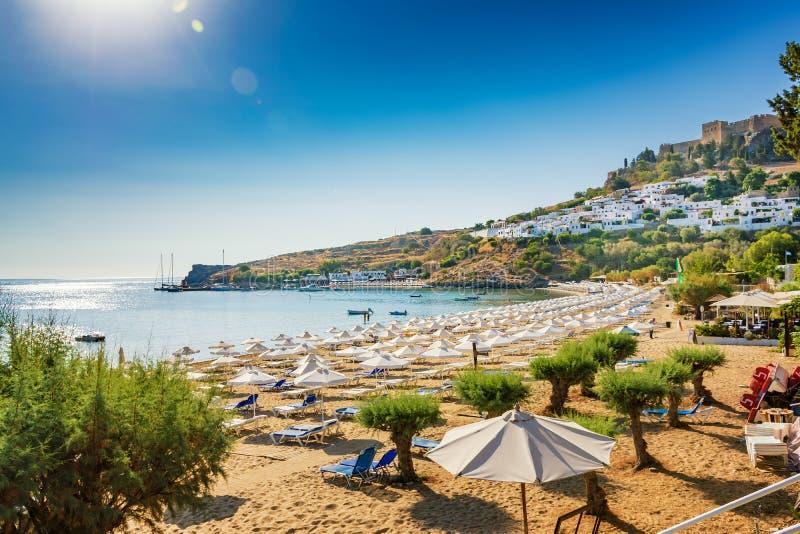 沙滩看法在Lindos,上城海湾的在背景R中 免版税图库摄影