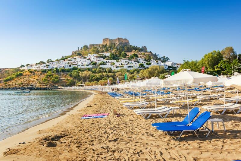 沙滩看法在Lindos,上城海湾的在背景R中 库存图片