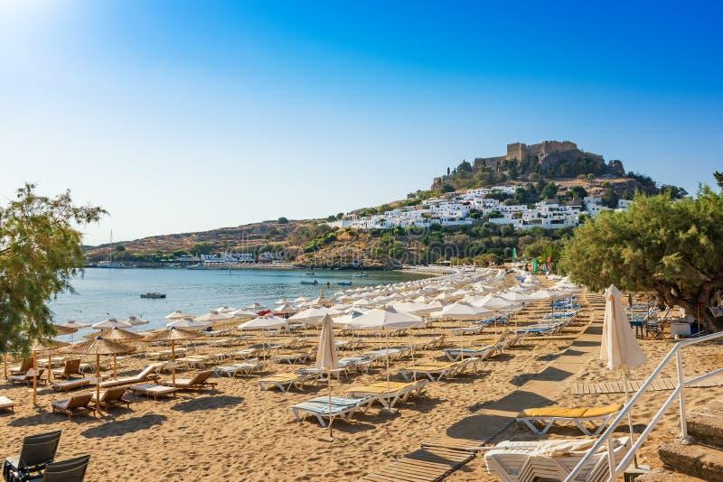 沙滩看法在Lindos,上城海湾的在背景R中 库存照片
