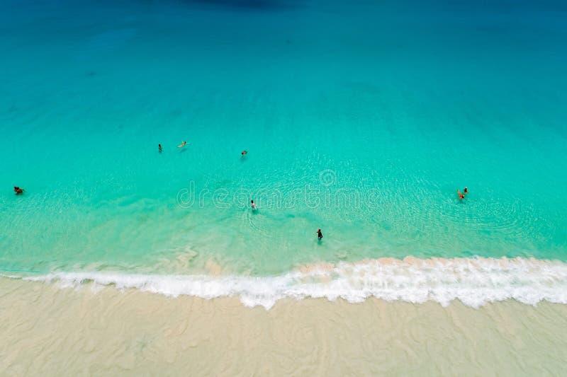 沙滩鸟瞰图与游泳在美丽的清楚的海水的游人的 库存图片