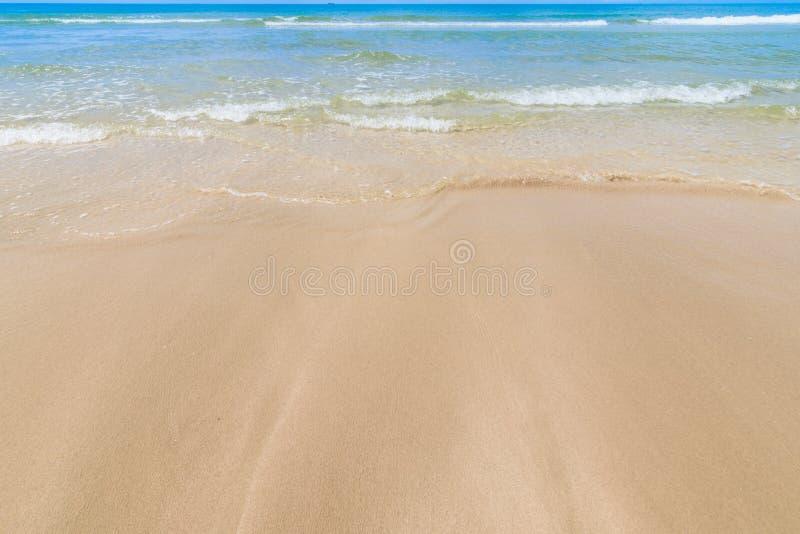 沙滩,一个狂放的热带海滩的风景与云彩天空的在泰国的南部在好日子 免版税库存图片
