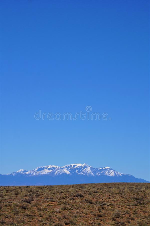 沙漠、积雪的山和天空蔚蓝 库存照片