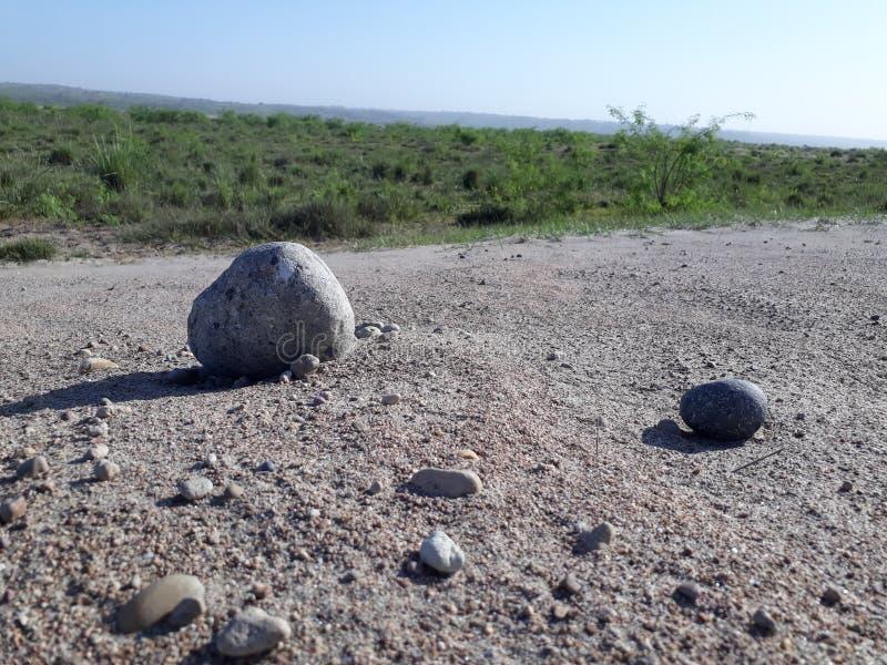 沙漠前块石头  免版税图库摄影