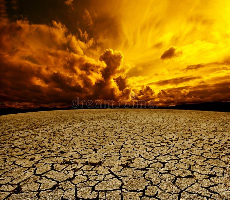 沙漠和多云天空 向量例证
