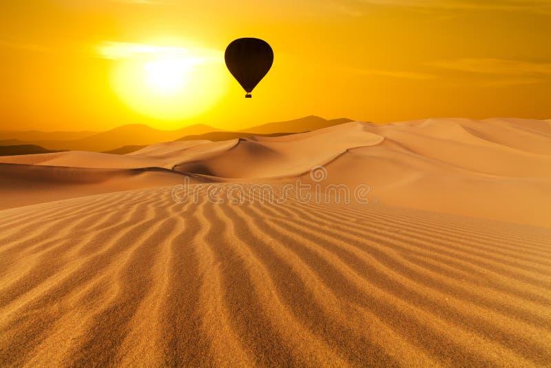 沙漠和热空气迅速增加风景在日出 免版税库存图片