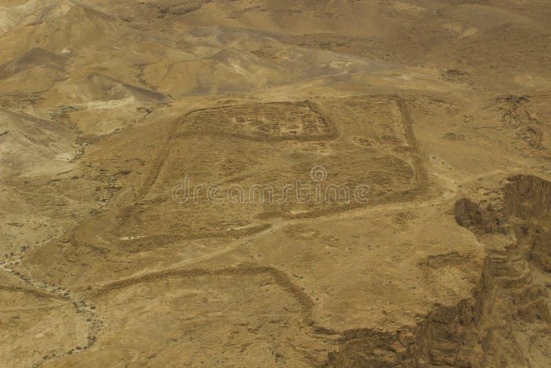 沙漠地板的一张鸟瞰图在从马萨达采取的以色列的南区Clifftop在一朦胧的天 图库摄影