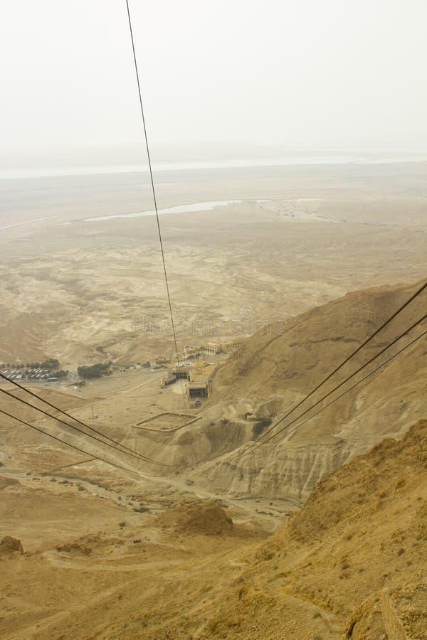 沙漠地板的一张鸟瞰图在从马萨达采取的以色列的南区Clifftop在一朦胧的天 免版税库存照片