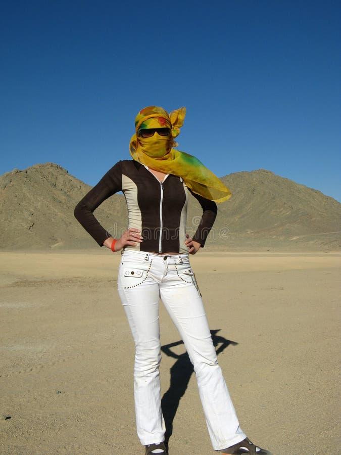 沙漠妇女年轻人 免版税库存照片