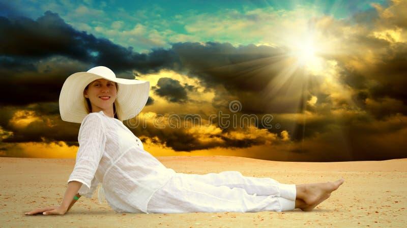 沙漠放松晴朗的妇女 图库摄影