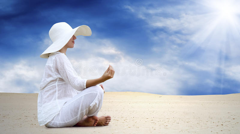 沙漠放松晴朗的妇女 库存照片