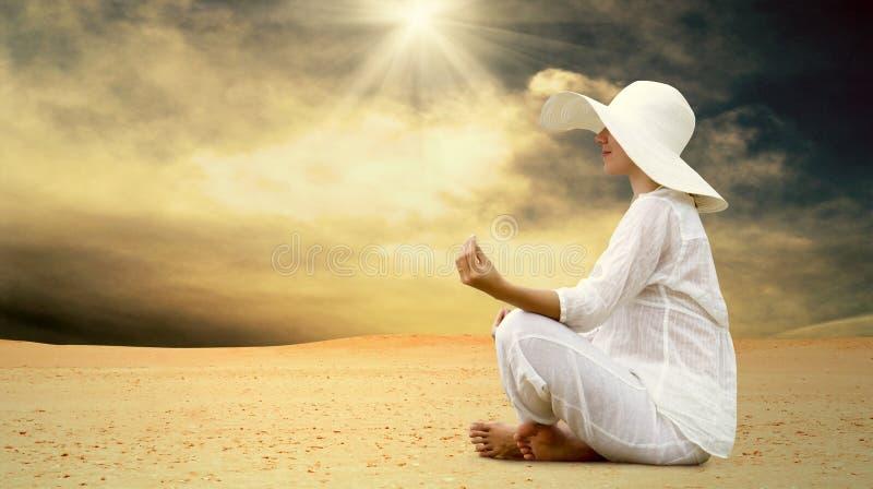 沙漠放松晴朗的妇女 免版税库存图片
