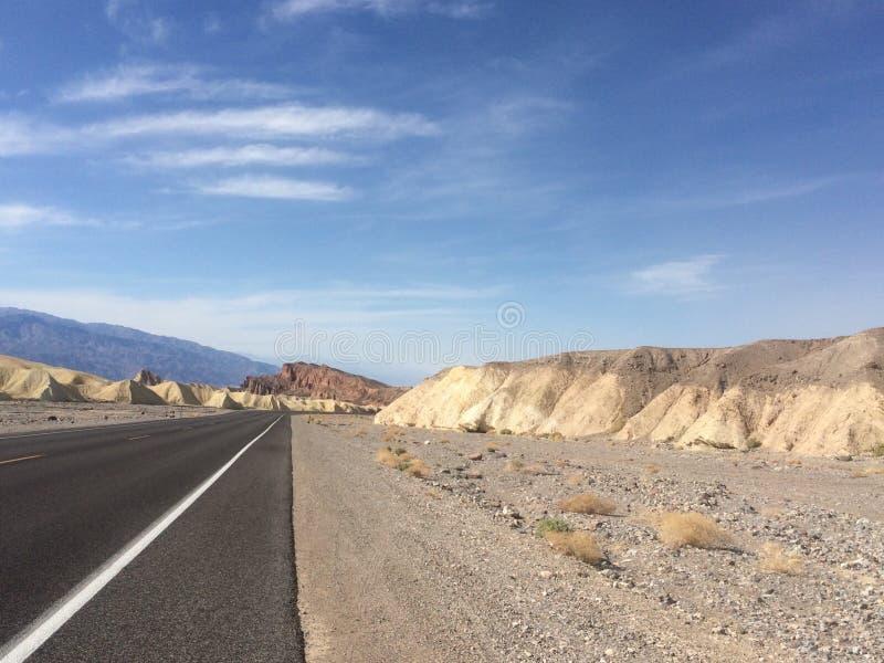 沙漠漫长的路 免版税库存照片