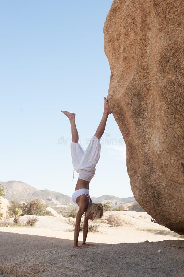 沙漠瑜伽妇女手倒立 库存图片