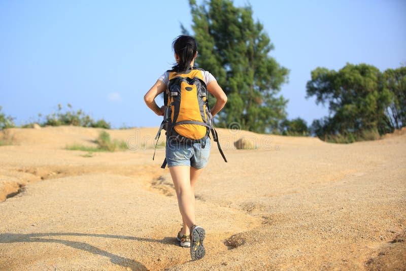 沙漠的妇女远足者 免版税库存图片
