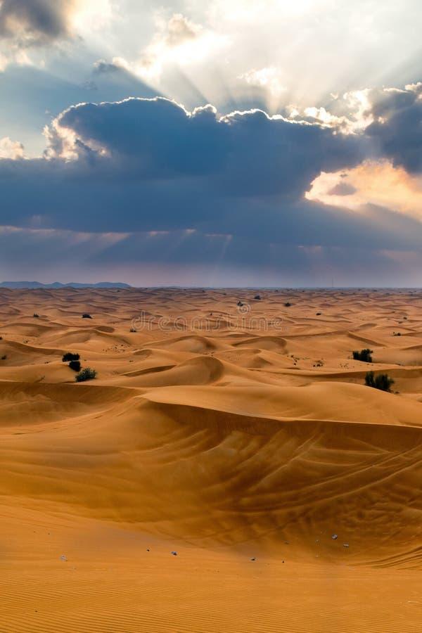 Download 沙漠迪拜 库存图片. 图片 包括有 空间, 天空, beautifuler, 晒裂, 沙子, 阿拉伯人, 阿拉伯 - 72354625