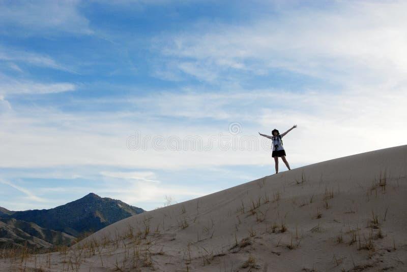 沙漠风景沙丘愉快的妇女 免版税库存照片