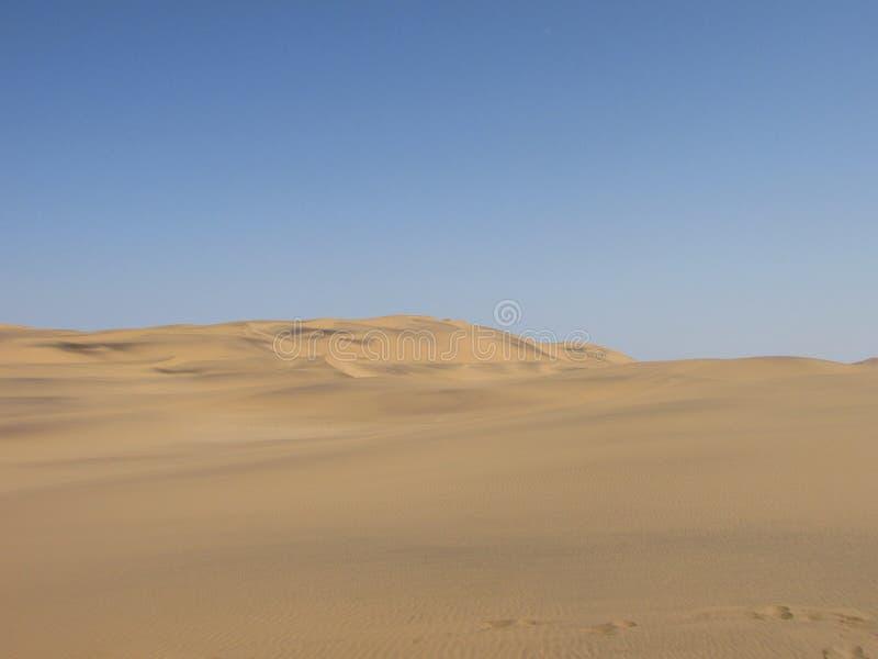 沙漠风景看法与蓝天backround的 免版税库存照片