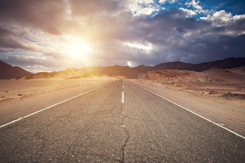 沙漠高速公路和山在日落,西奈,埃及 免版税图库摄影
