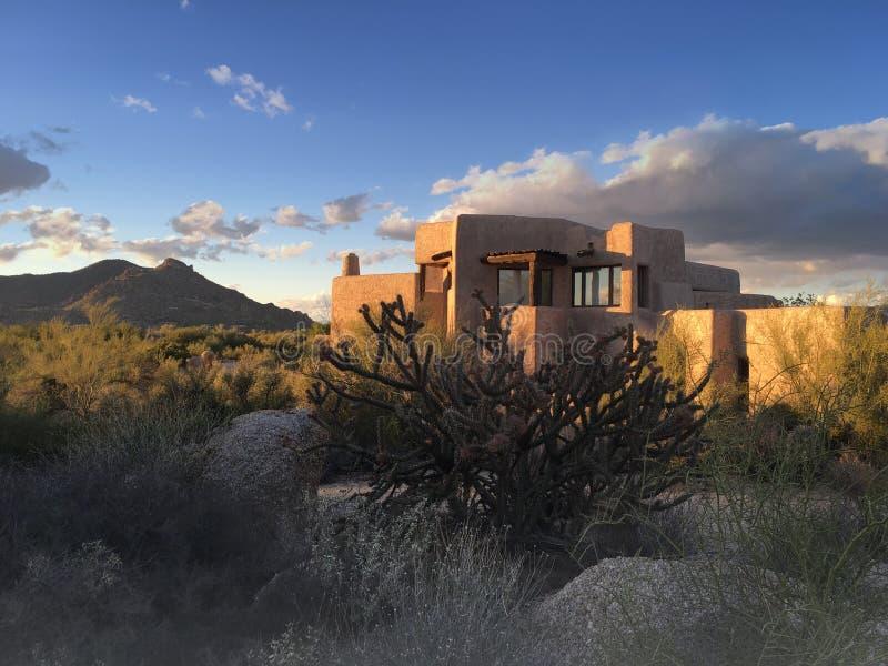 沙漠xeriscape设计新的家庭山背景 免版税库存图片