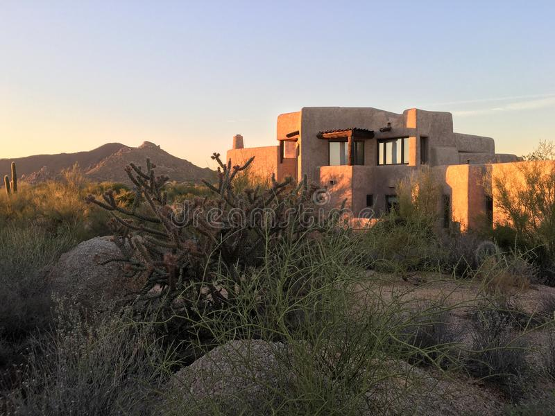沙漠xeriscape设计新的家庭山背景 图库摄影