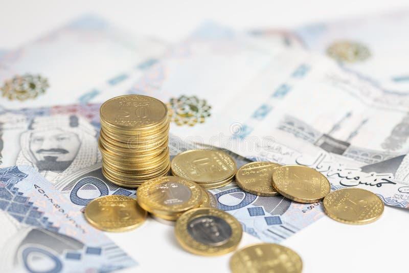沙特纸币上的沙特里亚尔硬币 库存照片