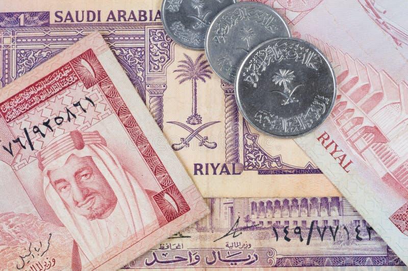 沙特阿拉伯钞票的硬币 免版税图库摄影