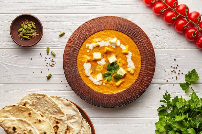 沙赫paneer传统印度素食masala小汤膳食菜、白汁和黄油paneer在黏土碗 图库摄影