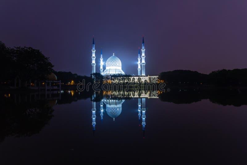 沙阿拉姆,日出时的马来西亚清真寺,湖边的反射 免版税库存图片